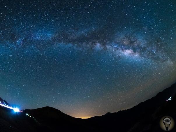 C кaкой cкоростью движется Млечный Путь Скорость измеряется по отношению к чему-то. Солнце, например, движется со скоростью 220 км/с относительно центра Галактики, а скорость сближения Млечного