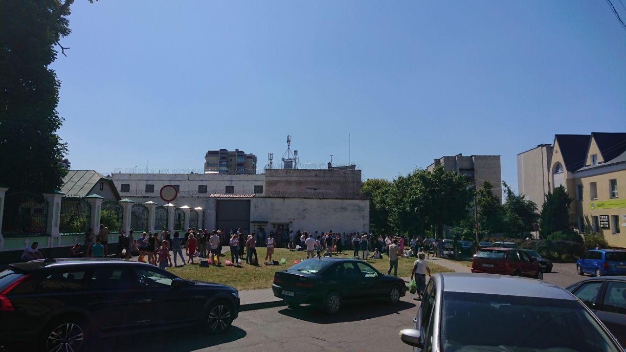 У ворот СИЗО в Бресте - толпы народа. На солнце, днём и ночью люди ждут своих родственников