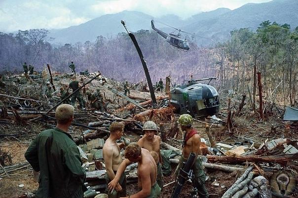 Американские пехотинцы готовятся к эвакуации с уничтоженной базы