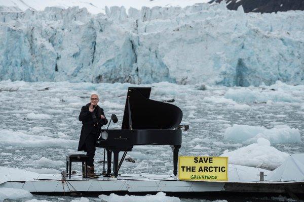 Композитор Людовико Эйнауди играет на рояле в Северном Ледовитом океане. 2016 год.