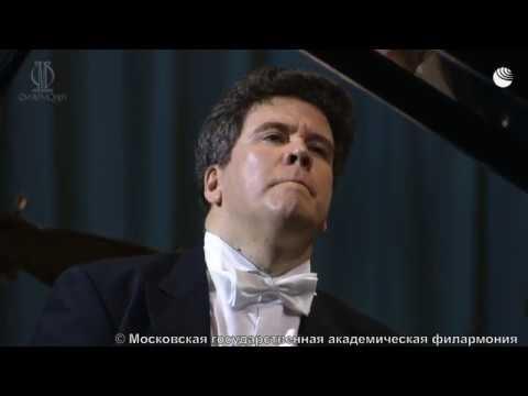 Денис Мацуев играет в пустом концертном зале
