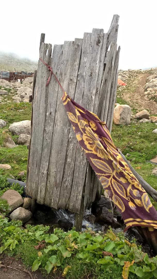 туалет в пастушеском селе над ручьём