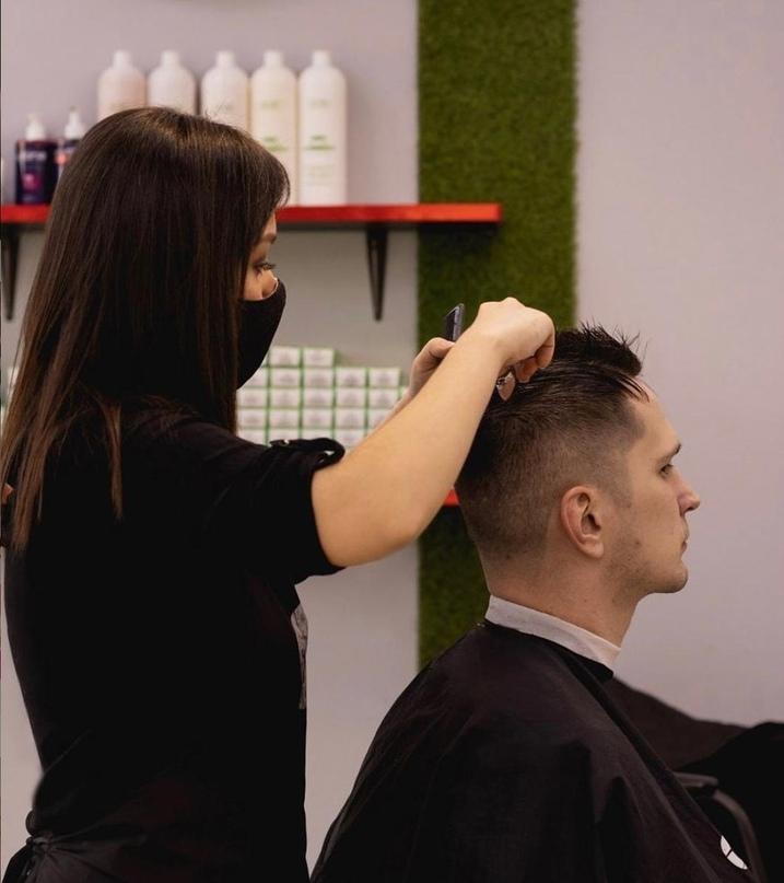 Мы - сеть экспресс-парикмахерских, активно развиваемся в городах России.