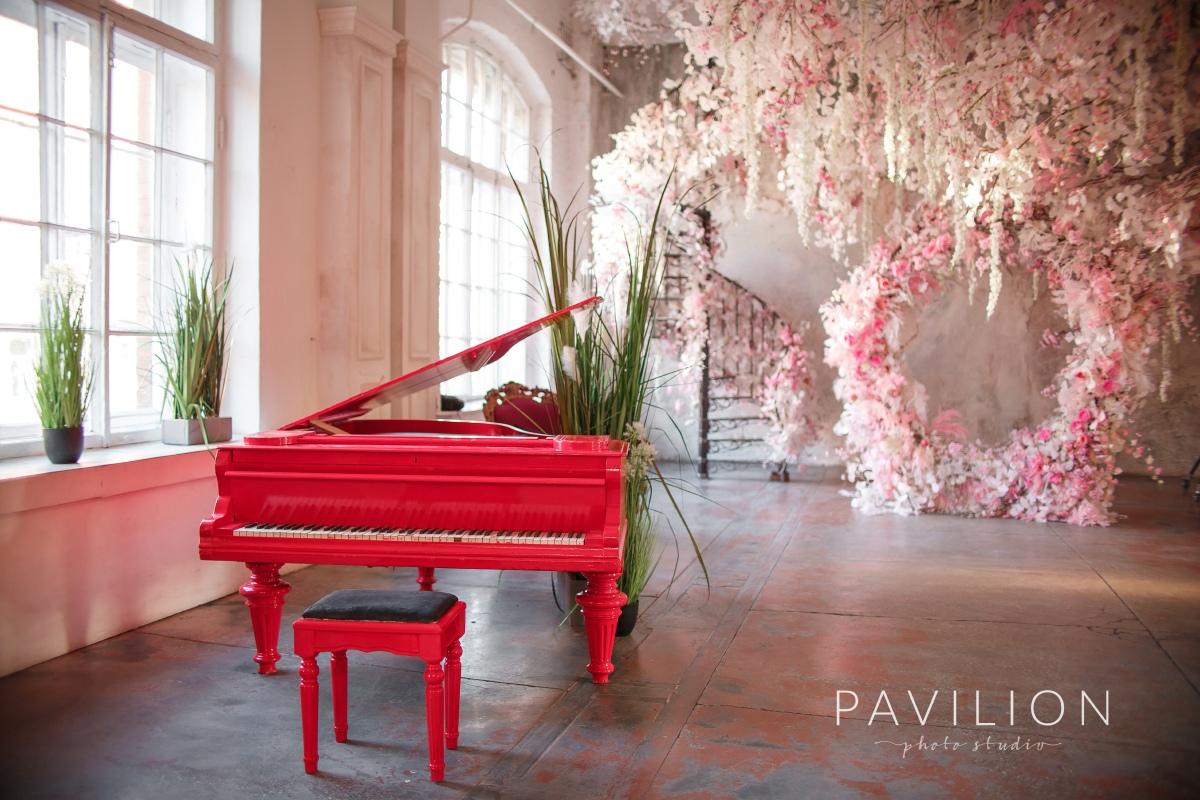 Фотостудия с белым роялем спб