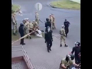 Целая толпа омоновцев и солдат избила мотоциклиста в Борисове