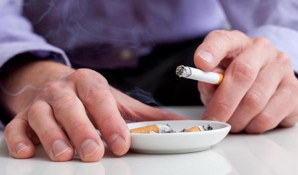 Курение сигарет может способствовать образованию зубного камня.