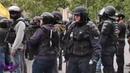 Des VIS Ecrou de Chantier dans la main d'un Policier aussi épais qu'une matraque