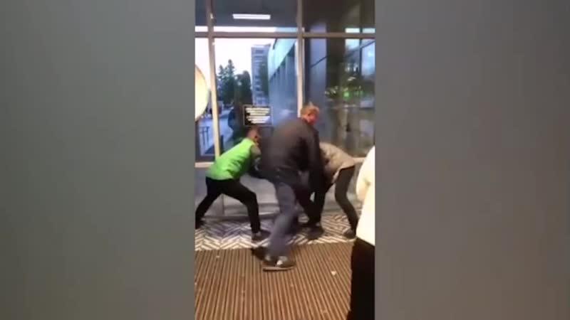 Охрана и покупатели избивают вора укравшего шоколадку в Петербурге