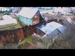 Дома разорвало пополам из-за провала грунта в Нижегородской области