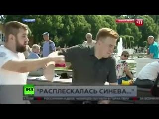 «Помолчите, пожалуйста»_ корреспондента НТВ ударили в прямом эфире во время празднования Дня ВДВ.mp4