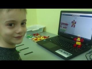 - Ваня быстро осваивает 3D-программу моделирования и делает в ней первые модели