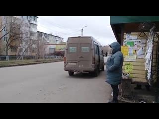"""5) водителя белого микроавтобуса, ГРНЗ 302 SWA 09, который  г., в 11 ч.15 м., на остановке """"Ландыш», нелегально взял н"""