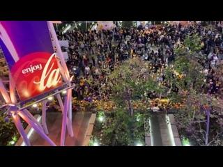 Болельщики «Лейкерс» скандируют «Коби» возле Стейплс-центра