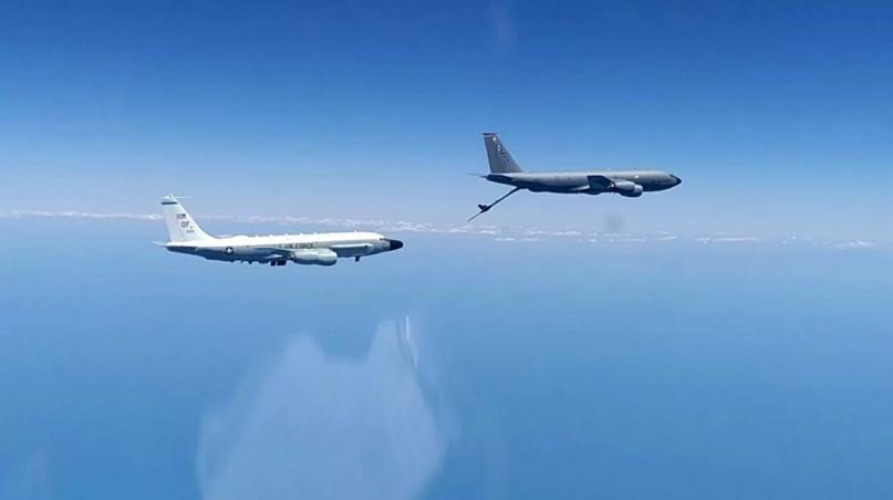 © Минобороны России /Самолет-разведчик RC-135 и самолет-заправщик КС-135 ВВС США над Черным морем. 26 июня 2020