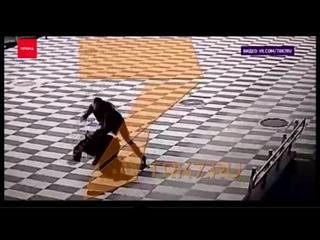 В Красноярском аэропорту мужик с пристрастием избил полицейского. Уровень физ подготовки сотрудника впечатляет. {}