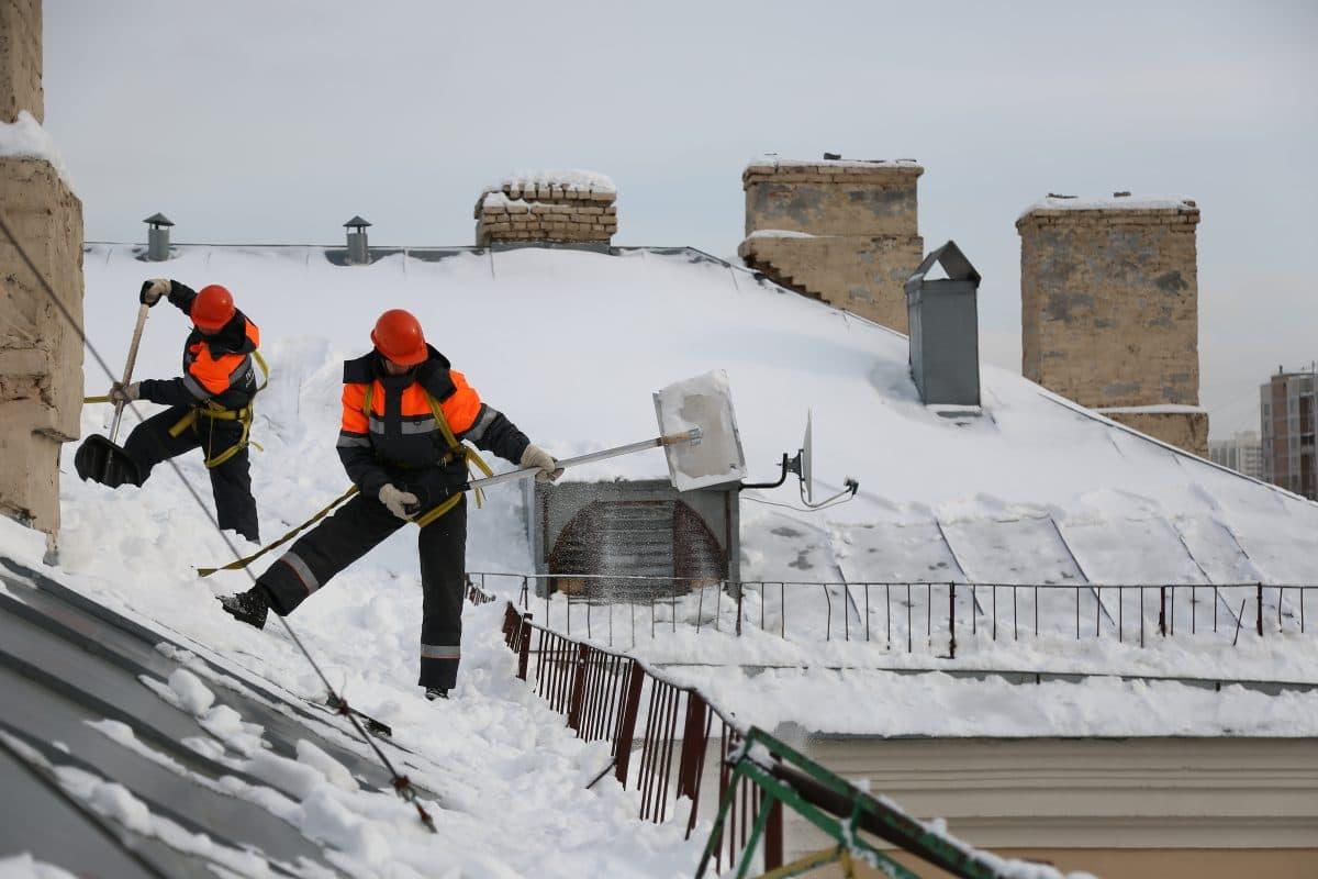 В Нижегородском работают 22 бригады кровельщиков. Фото Артура Новосильцева. «Местные новости»