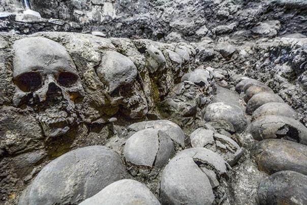 В центре современного Мехико археологи ведут раскопки жуткой «башни черепов» ацтеков