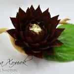 Цветок лотоса из конфеты и гофрированной бумаги. МК
