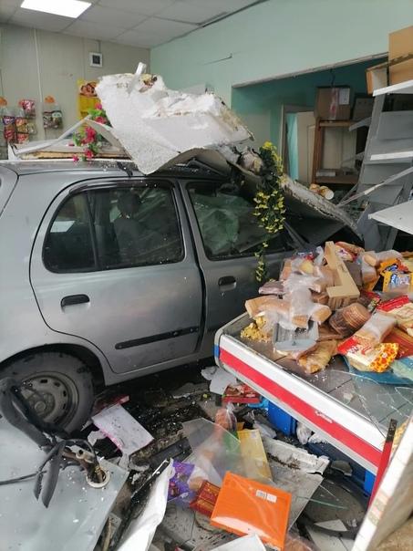 В Амурской области водитель Nissan March на скорости протаранил продуктовый магазин и остановился прямо в... Белгород
