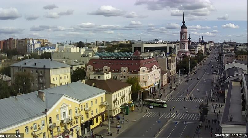 Перекрытая улица Кирова после звонков о минировании торговых центров и единственный троллейбус на ней