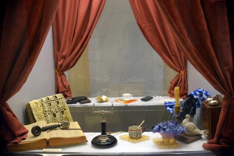 Двусторонняя витрина выставки с образом телефона XIX-го века и современным андроидом