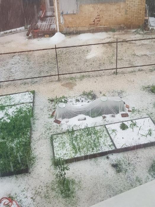 В Сарове 8 июня выпал град, зеленую траву покрыл снег