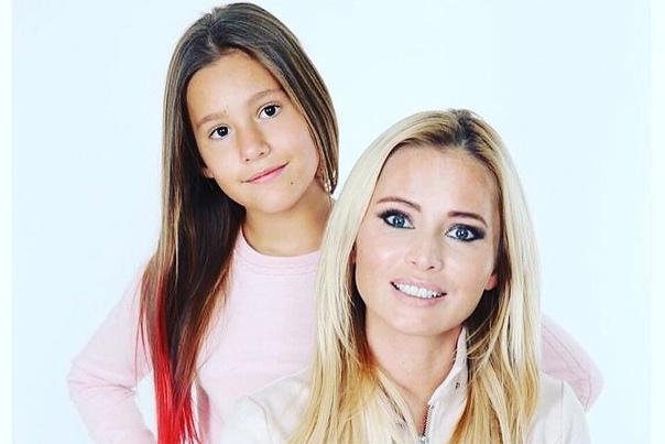 Дочь Даны Борисовой только что изр*зала себе руки в школьном туалете: