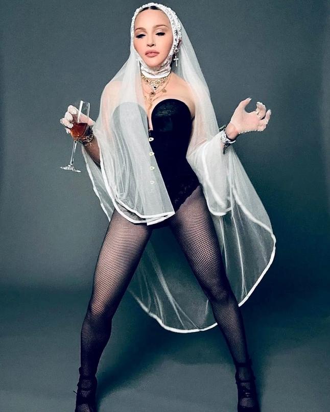 Планета шоубиз. Мадонна. Откровенная фотосессия певицы в фате и боди.