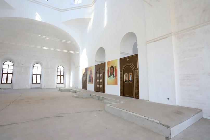 Внутреннее убранство собора по-прежнему находится в состоянии ремонта