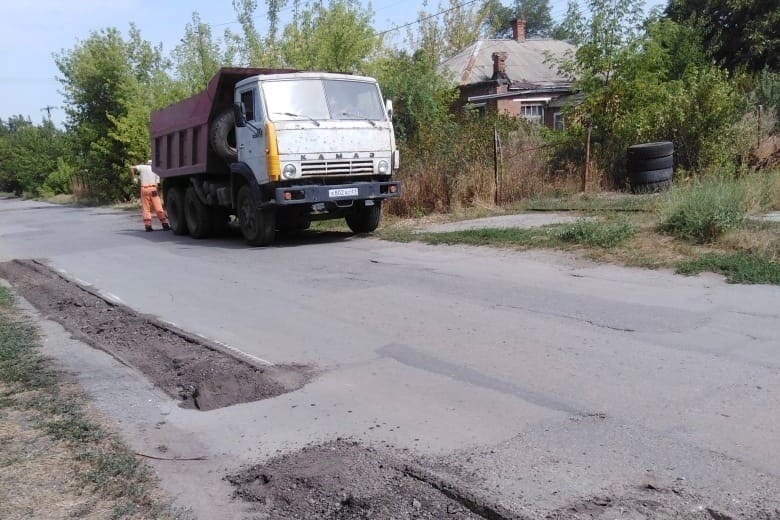 «Таганрогское ДРСУ» продолжает ремонт автодорог по школьному маршруту