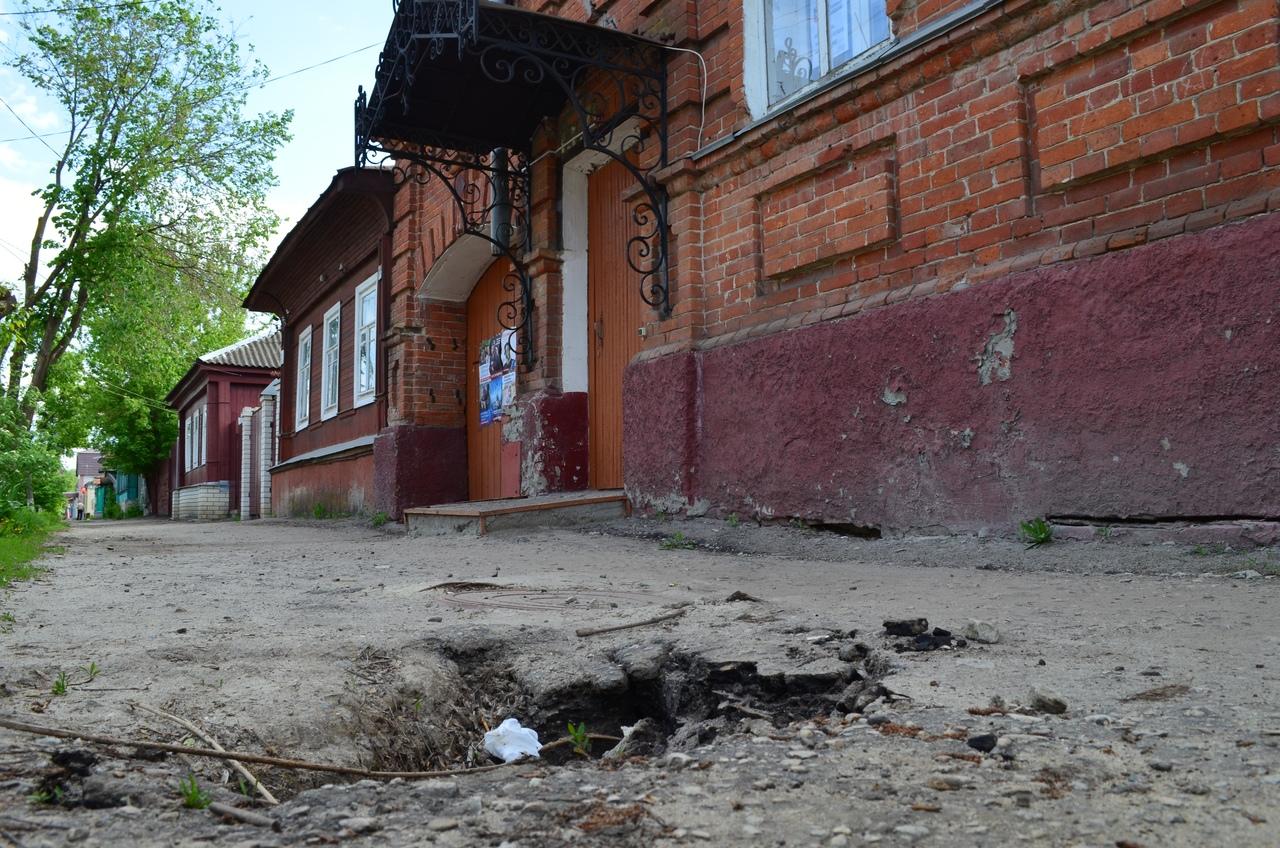 В редакцию «Петровских вестей» обратились читатели с просьбой привлечь внимание общественности и местных властей к проблеме внешнего облика центральной улицы города
