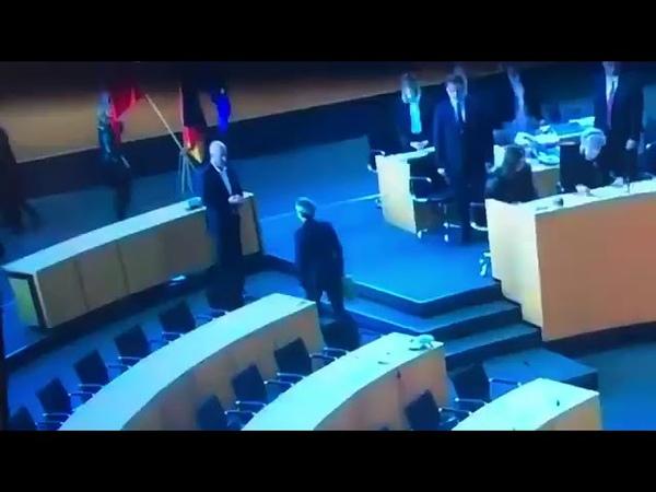 Linken Chefin wirft dem Thüringer Ministerpräsidenten Thomas Kemmerich den Blumenstrauß vor die Füße