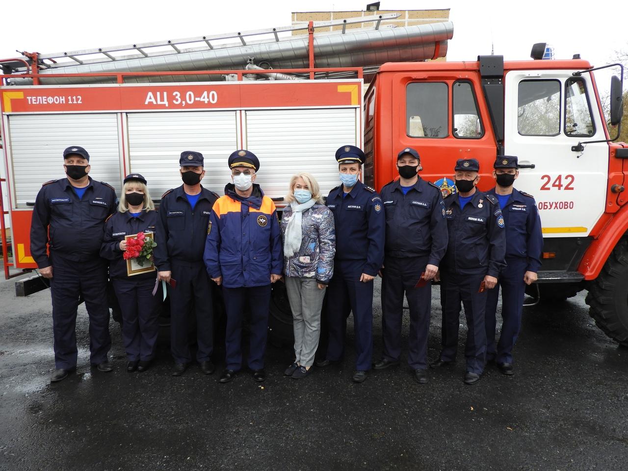 Сегодня на территории 242-й пожарной части #Мособлпожспас, расположенной в рабочем поселке Обухово Богородского городского округа состоялось награждение пожарных, спасших трех человек на пожаре👏🏼👏🏼👏🏼  ⠀  Ведомственными знаками «За заслуги» и почетными