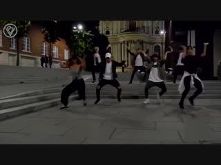 "Весь мир танцует под ""black or white"" майкла джексона"