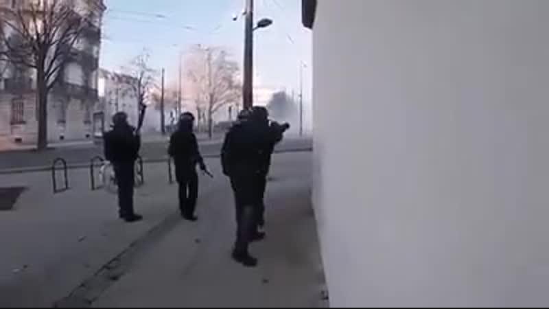 Les CRS castagnent un photographe et lui tire dessus au flas ball