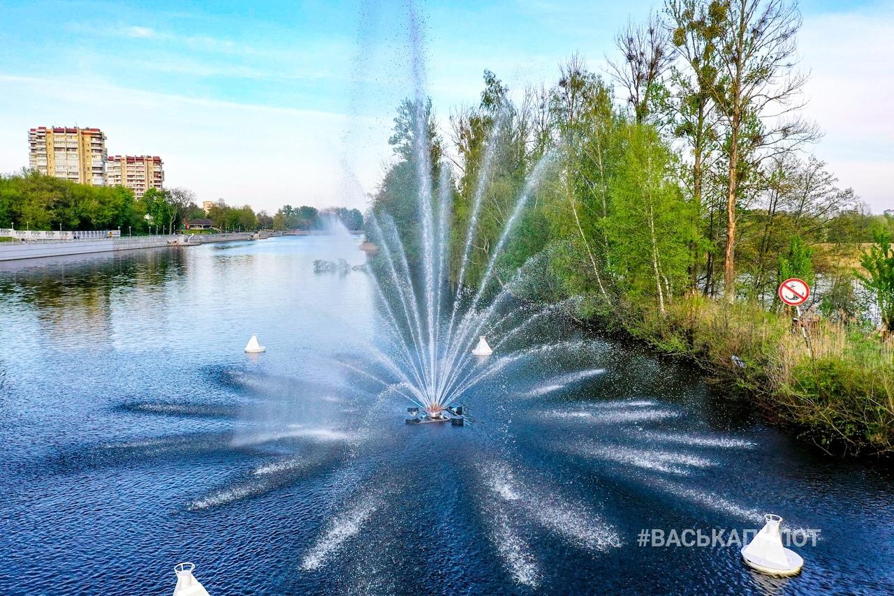 Знаем, что вы уже видели новый фонтан на Набережной. Но это ведь фотки от ВаськиПилота...